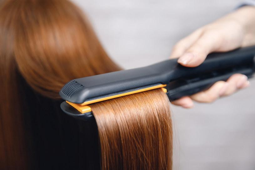 Dzięki keratynowemu prostowaniu można uzyskać efekt prostych włosów, które łatwo się rozczesują i stylizują /123RF/PICSEL