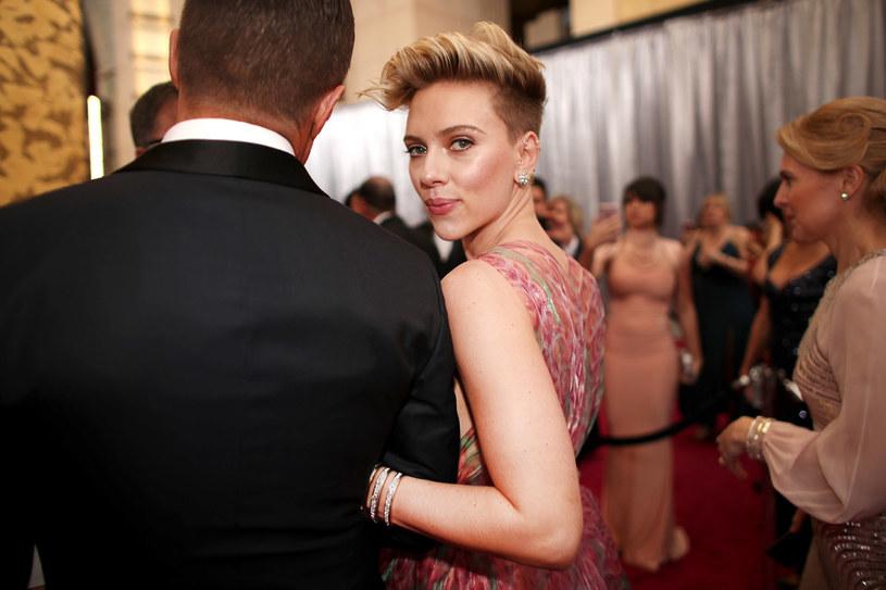 """Dzięki lekkiemu podgoleniu """"pod spodem"""" fryzura Scarlett Johansson jest lekka i łatwo się układa. Kosmyki można też okiełznać modną spinką. /Getty Images"""