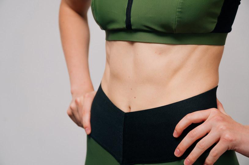 Dzięki lipolizie iniekcyjnej można pozbyć się m.in. fałdy tłuszczu na brzuchu /123RF/PICSEL