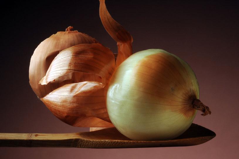 Dzięki łupinom cebuli uzyskasz piękny złoty odcień blondu /123RF/PICSEL