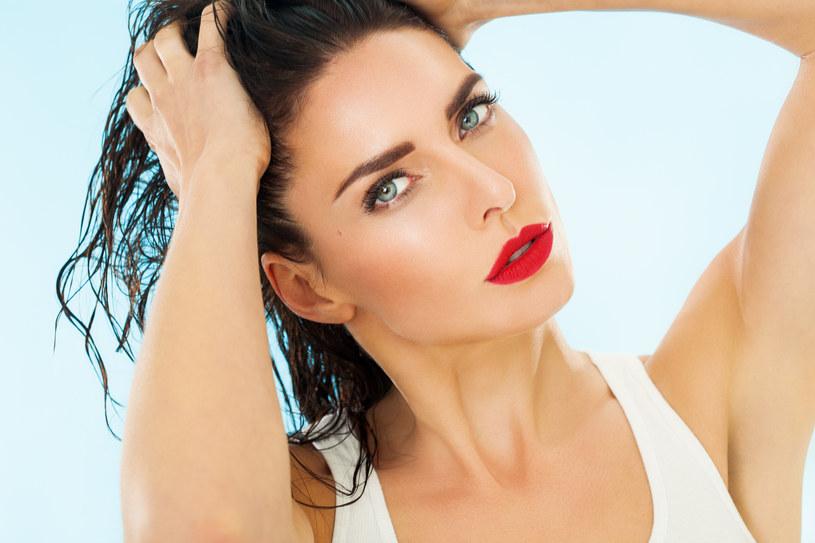 Dzięki metodzie OMO twoje włosy będą dobrze nawilżone /123RF/PICSEL