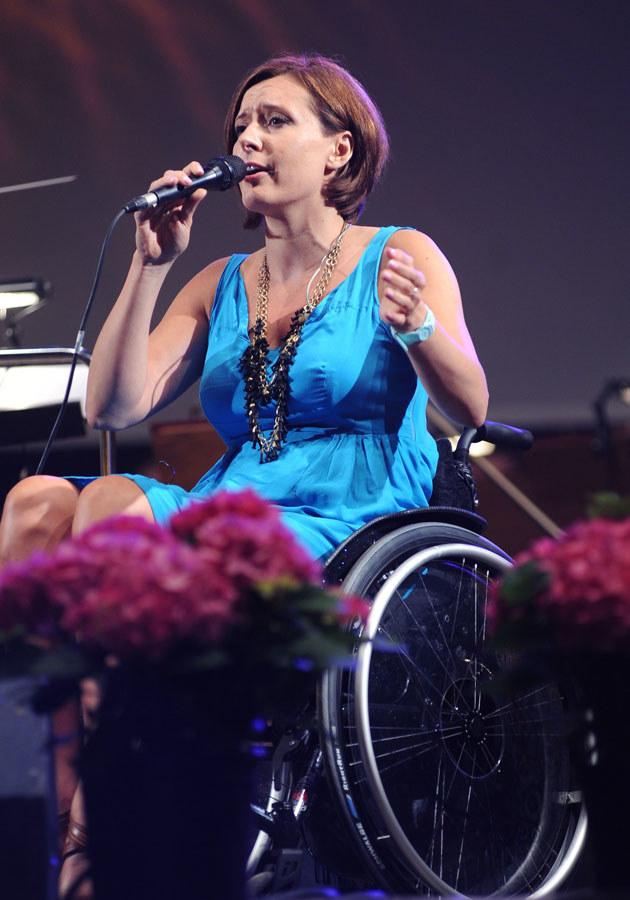 Dzięki miłości Monika uwierzyła, że wciąż może śpiewać na scenie.  /MWMedia