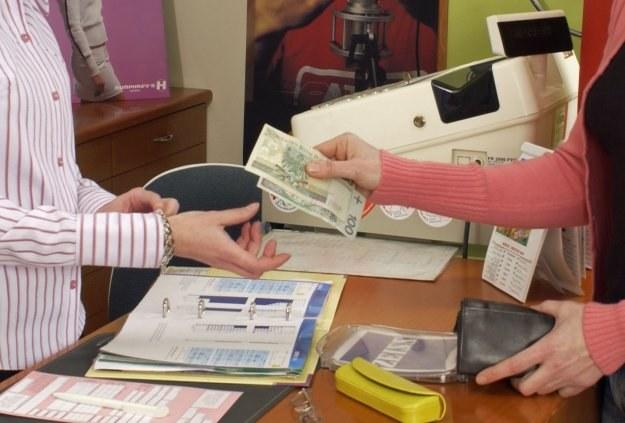 Dzięki okienkom kasowym klienci zyskali dodatkowy sposób opłacania rachunków /AFP