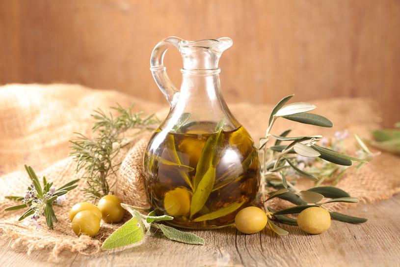 Dzięki oliwie pisanki będą pięknie błyszczeć /123RF/PICSEL