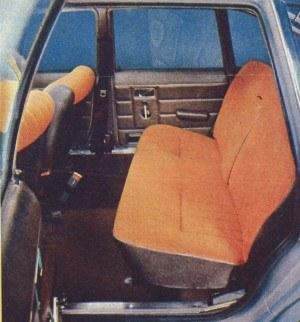 Dzięki poprzecznie ustawionemu silnikowi i dużemu rozstawowi osi ilość miejsca na siedzeniu tylnym jest w pełni wystarczająca na to, by za kierownicą usiąść mógł wysoki mężczyzna. /Motor