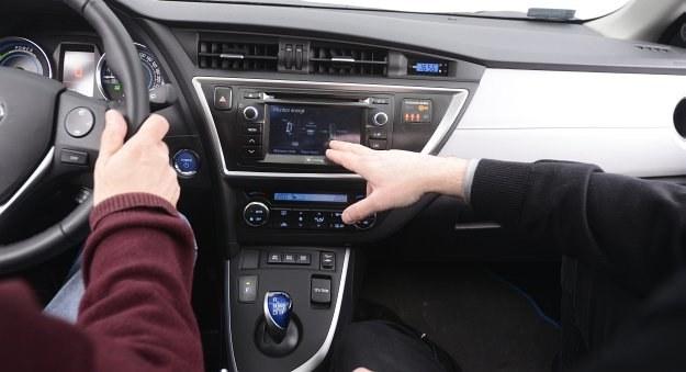 Dzięki poradom dyrektora Akademii Jazdy Toyoty, Jerzego Szymłowskiego, nasz kierowca osiągnął za kierownicą Aurisa Hybrid spalanie równe fabrycznemu. /Motor