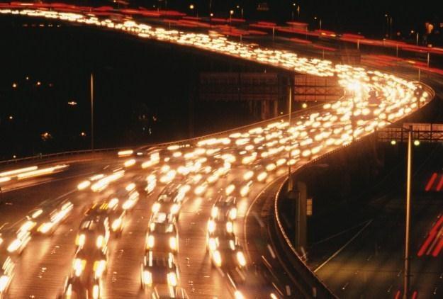 Dzięki świecącej drodze można zrezygnować z ulicznych latarni /