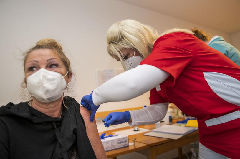 Dzięki szczepieniu będziemy mogli szybciej wyjść z pandemii /Getty Images
