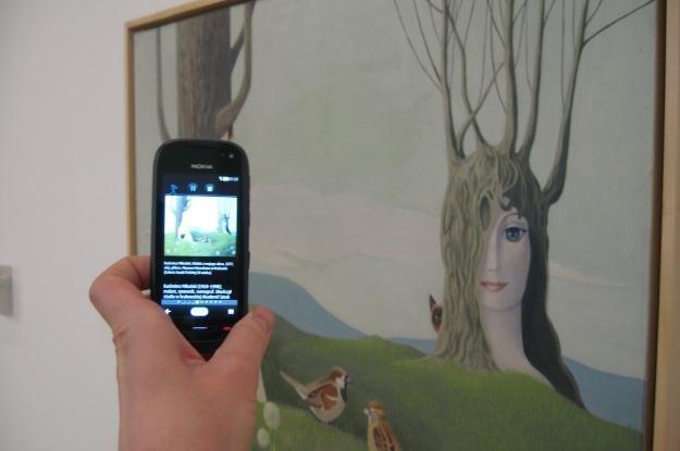 Dzięki technologii NFC na ekranie telefonu pojawią sie dane na temat oglądanego dzieła /INTERIA.PL