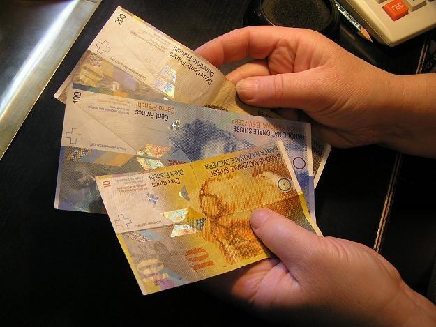 Dzięki ustawie antyspreadowej osoby spłacające kredyty w walutach mogą oszczędzić /INTERIA.PL