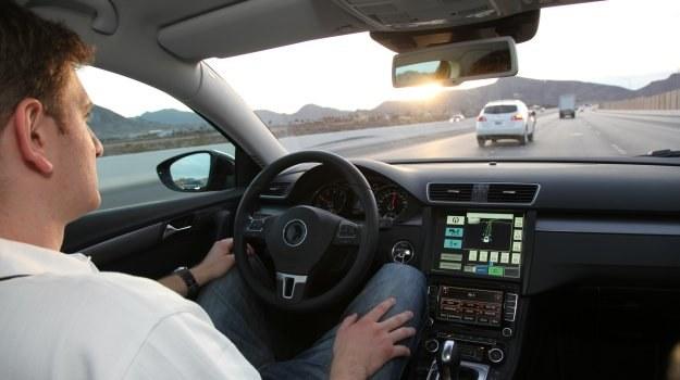 Dzięki zaawansowanej elektronice zostaniemy zwolnieni m.in. z obowiązku ciągłego trzymania kierownicy. /Continental