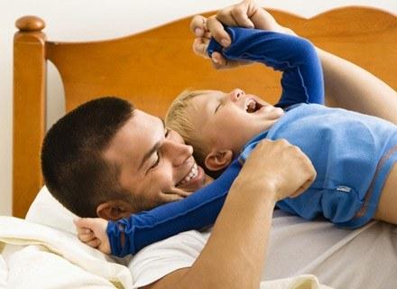 Dzięki zabawie dziecko lepiej rozwija się fizycznie i psychicznie. /ThetaXstock