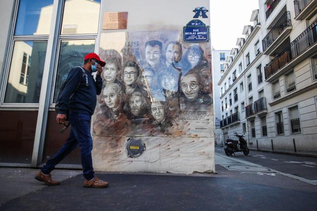 """Dzieło autorstwa francuskiego artysty ulicznego Christiana Guemy przedstawiające zabitych rysowników gazety """"Charlie Hebdo"""" /MOHAMMED BADRA /PAP"""