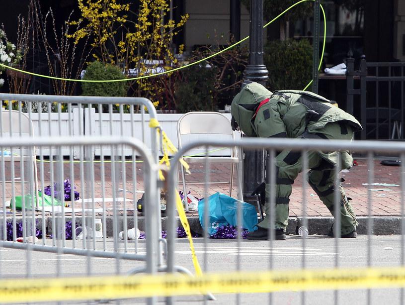 Dzień zamachu. Saper sprawdza podejrzany pakunek niedaleko od miejsca eksplozji /AFP
