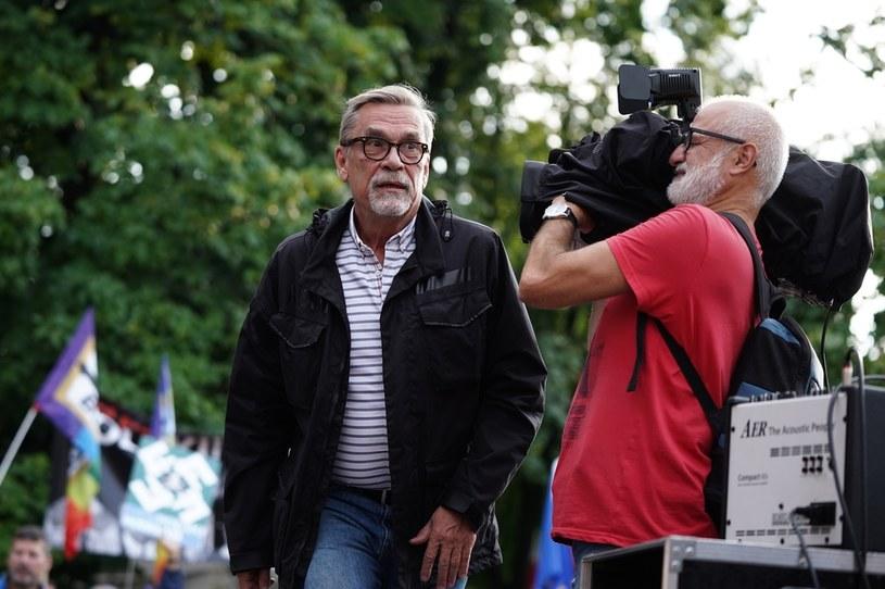 Dziennikarz Jacek Żakowski podczas manifestacji w obronie TVN /Mieczysław Włodarski /Agencja FORUM
