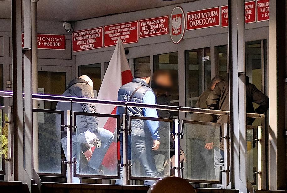 Dziennikarz Kamil D. (C-P) doprowadzany do Prokuratury Krajowej w Katowicach / Andrzej Grygiel    /PAP
