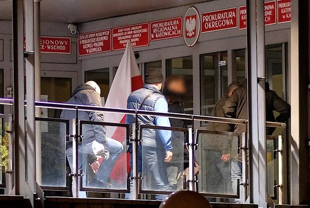 Dziennikarz Kamil D. (C-P) doprowadzany do Prokuratury Krajowej w Katowicach /Andrzej  Grygiel /PAP