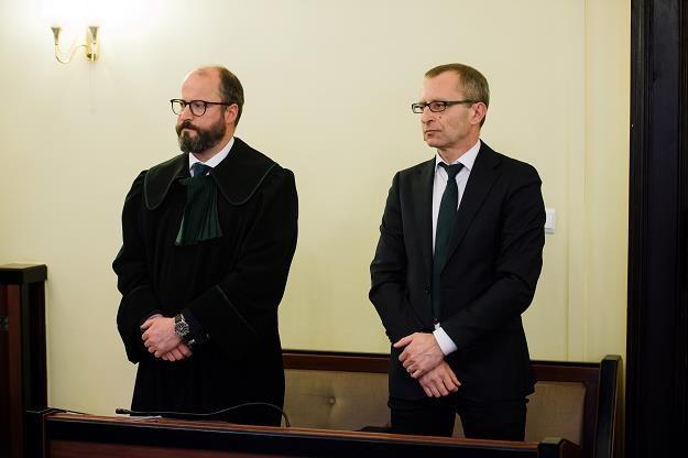 Dziennikarz Piotr Kubiak (P) i jego pełnomocnik dzisiaj w gdańskim sądzie /PAP