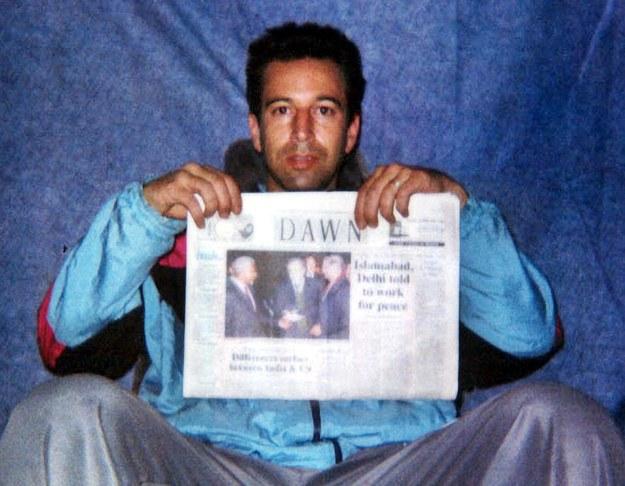 """Dziennikarz """"Wall Street Journal"""" Daniel Pearl został porwany przez terrorystów w Pakistanie w lutym 2002 r. Na tym zdjęciu jest tuż przed swoją egzekucją /PAP/EPA"""