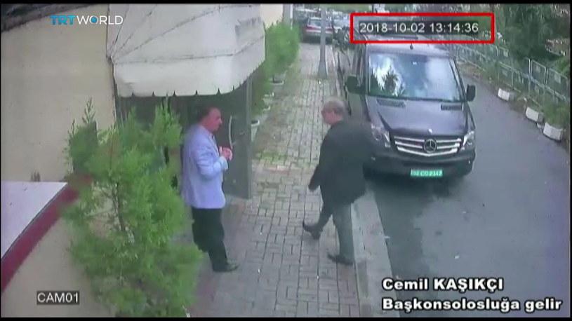 Dziennikarz wchodzący do saudyjskiego konsulatu /SABAH NEWSPAPER  /PAP