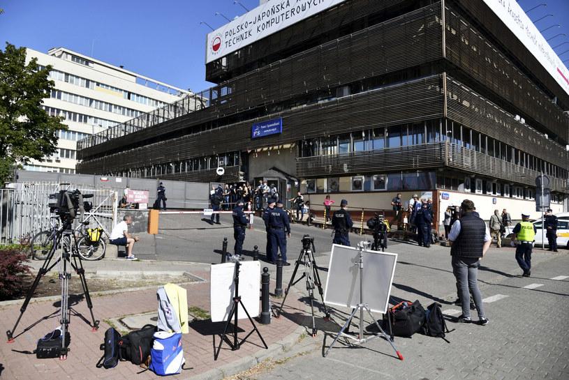 Dziennikarze przed siedzibą PiS na Nowogrodzkiej /Mateusz Jagielski/East News /East News