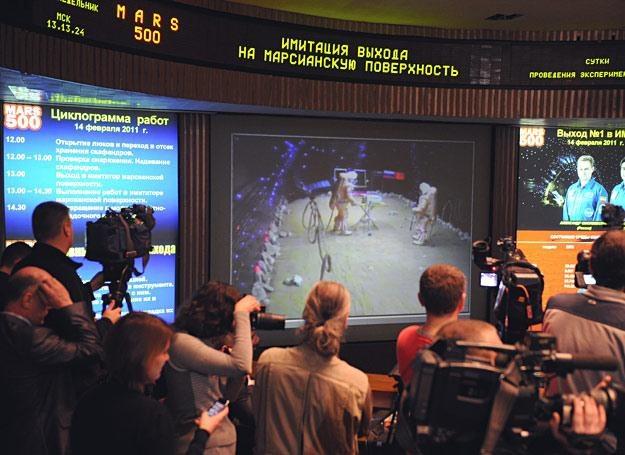 """Dziennikarze przyglądają się spacerowi po powierzchni """"Marsa"""" /AFP"""