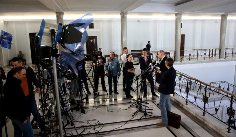 Dziennikarze rozmawiają z posłem PiS Jackiem Sasinem (2P) w Sejmie /Tomasz Gzell /PAP