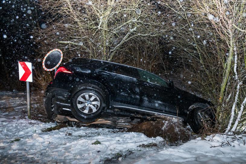 Dzierzgówek, wypadek samochodu osobowego na zakręcie podczas gołoledzi /Marcin Bruniecki/ Reporter /Reporter