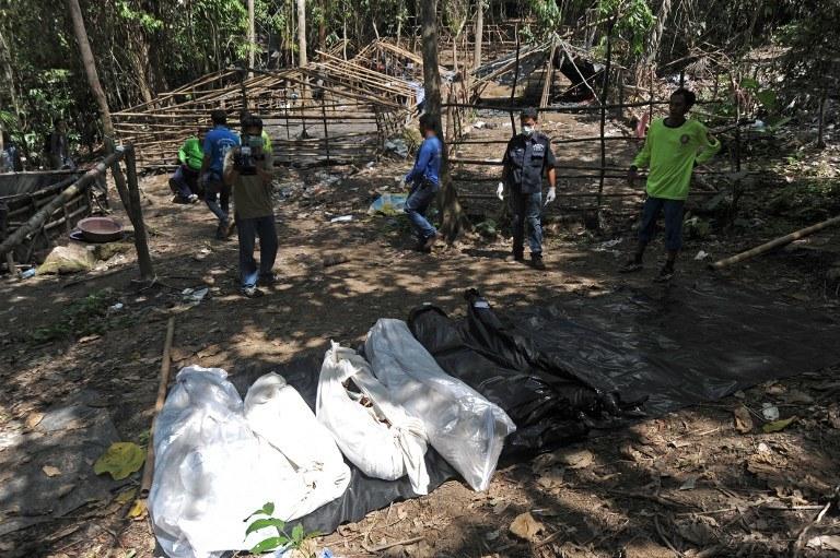 Dziesięć ciał wydobyła dotychczas tajlandzka policja z masowego grobu /AFP