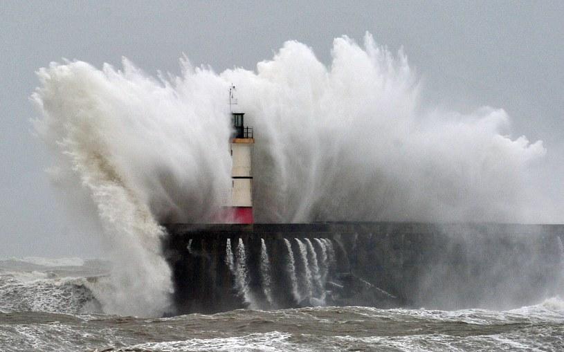 Dziesięciometrowe fale spowodowały zniszczenia na północny Hiszpanii /AFP