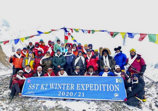 Dziesięciu Nepalczyków, którzy w sobotę jako pierwsi na świecie zdobyli zimą K2 (8611 m) w Karakorum, dotarło w niedzielę wieczorem czasu lokalnego do bazy /SEVEN SUMMIT TREK / HANDOUT /PAP/EPA
