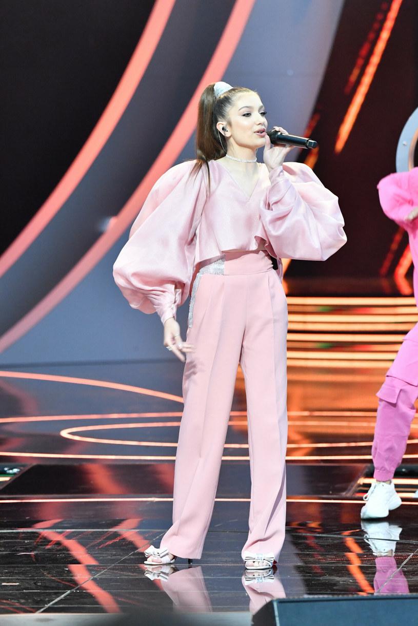 Dziewczęca Viki Gabor w pastelowym różu. Jeśli swoją fryzurą chciała sprowokować porównania do Ariany Grande, to się całkowicie udało... /East News