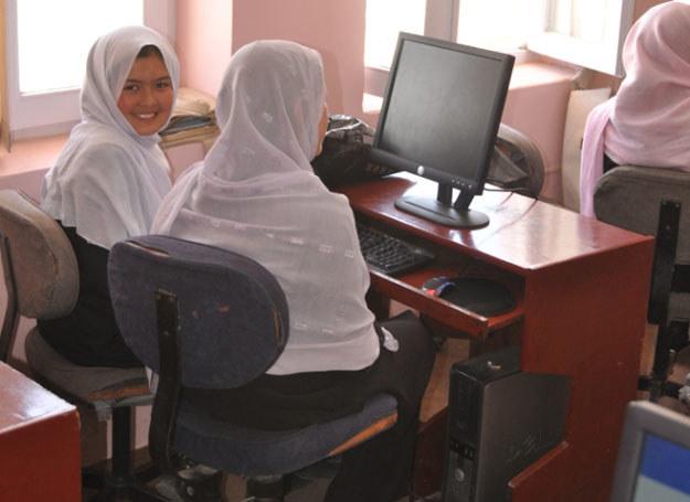 Dziewczęta biorące udział w kursie są, jak na warunki afgańskie, już wykształcone / Archiwum PL PRT /