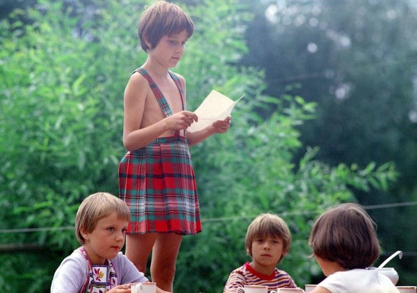"""""""Dziewczyna i chłopak"""": Chłopak w sukience? To nie było łatwe zadanie aktorskie dla Wojtka Sieniawskiego. Koledzy w szkole na szczęście się z niego nie śmiali. /East News/POLFILM"""