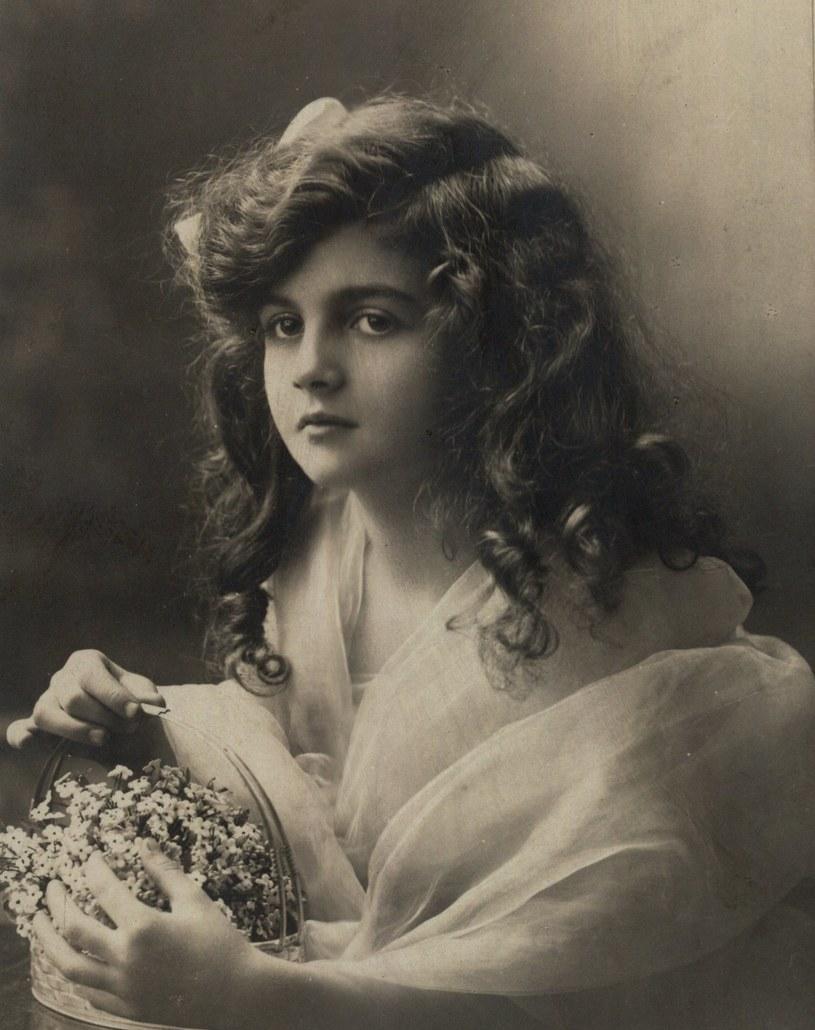 Dziewczyna z koszyczkiem kwiatków. Fotografia z początku XX wieku (domena publiczna) /Ciekawostki Historyczne