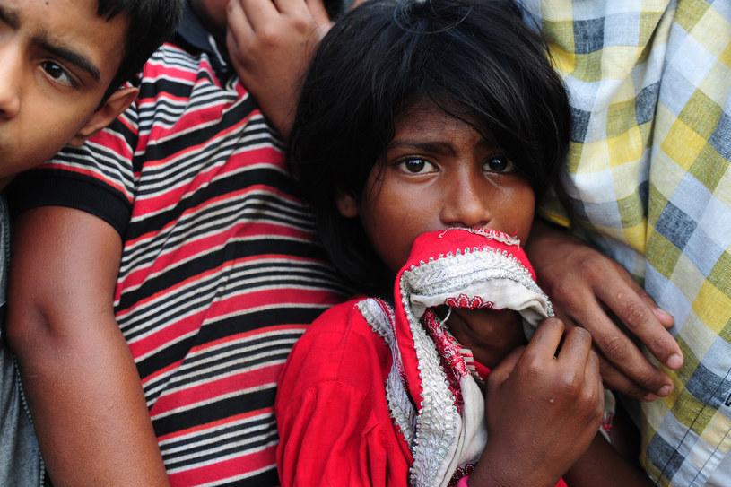 Dziewczynka na masowym pogrzebie ofiar katastrofy. Dhaka, 1 maja 2013 /MUNIR UZ ZAMAN /AFP