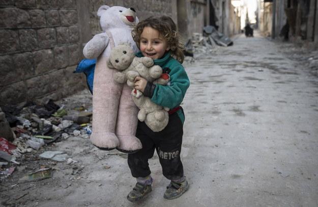 Dziewczynka na ulicy syryjskiego miasta Al-Bab /Emin Sansar / Anadolu /PAP/Abaca