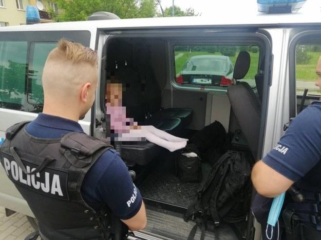 Dziewczynka pod opieką policjantów /Policja