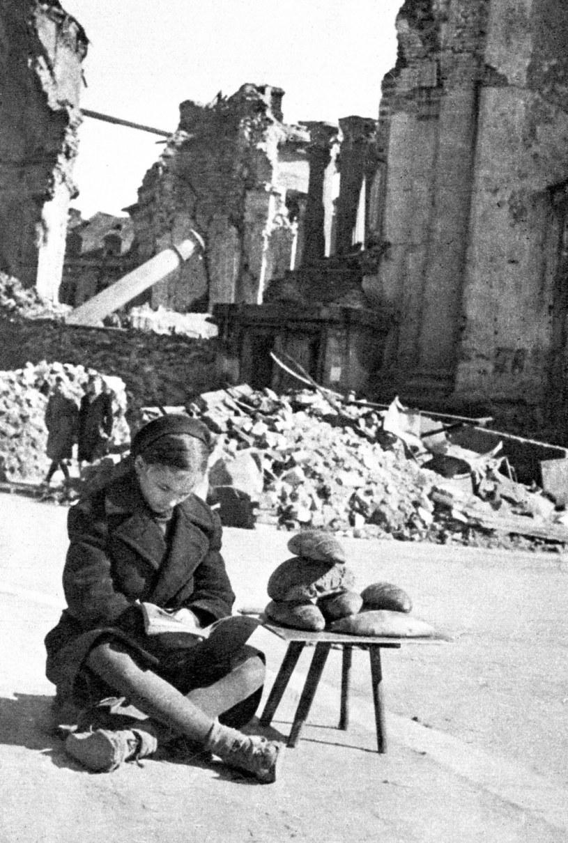 Dziewczynka sprzedająca chleb w zrujnowanej Warszawie (1945 rok) /Laski Diffusion /East News
