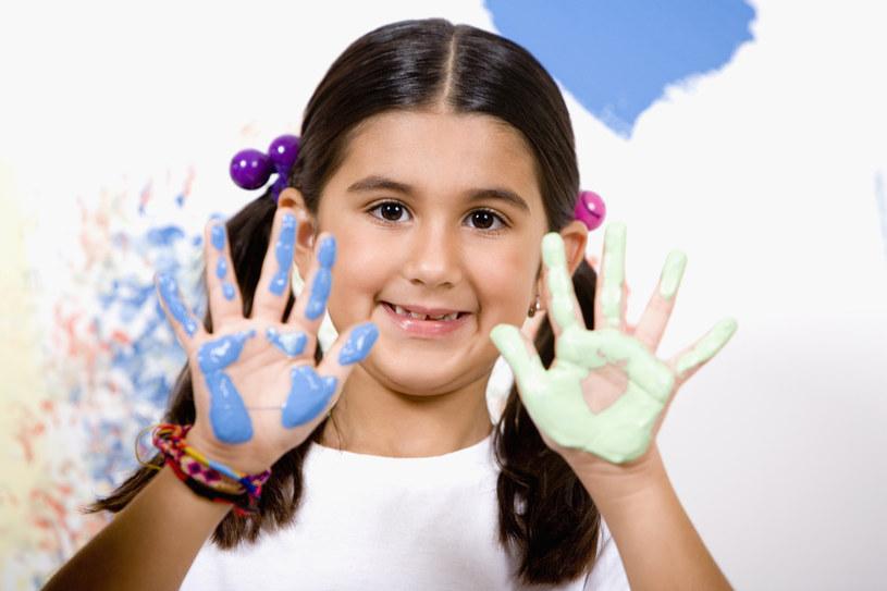 dziewczynka ubrudzona farbami /© Photogenica