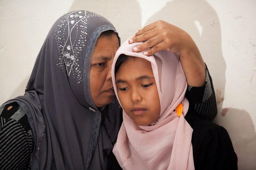 Dziewczynka w objęciach matki /AFP