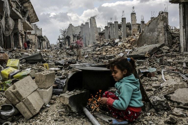 Dziewczynka w zniszczonym mieście Kobane (Ain al-Arab) /YASIN AKGUL /AFP