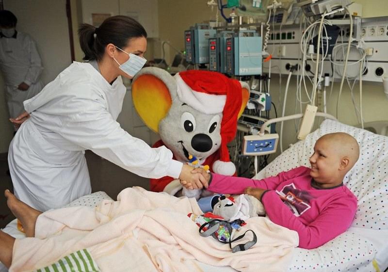 Dziewczynka z nowotworem w szpitalu dziecięcym /Patrick Seeger  /PAP/EPA