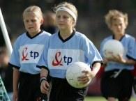 Dziewczynki grają w piłkę i świetnie im to wychodzi /INTERIA.PL