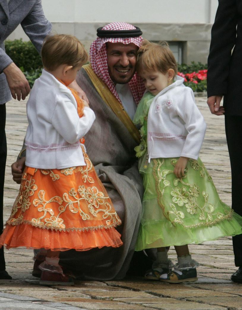 Dziewczynki nawiązały szczególną więź nie tylko z królem Arabii Saudyjskiej, ale także z lekarzem, który je rozdzielił /Witold Rozbicki/REPORTER /East News