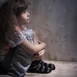 Dziewczynki wychowujące się bez ojca są...