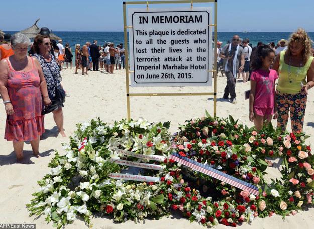 Dżihadyści przeprowadzili w Tunezji, m.in. , atak na plaży w Susie. Na zdjęciu: tablica poświęcona pamięci ofiar /AFP /East News