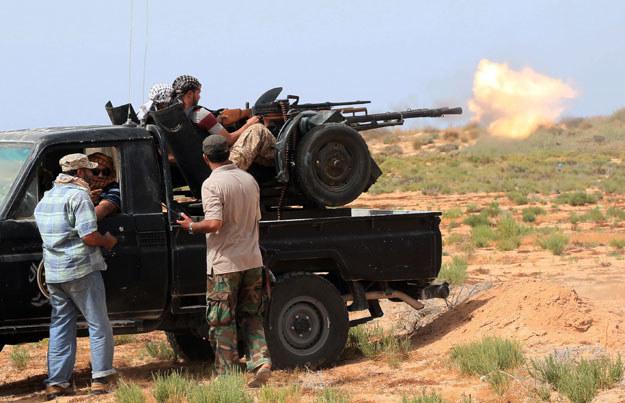 Dżihadyści z IS zostali odcięci od tras zaopatrzeniowych. Na zdjęciu libijscy żołnierze pod Syrtą /MAHMUD TURKIA  /AFP