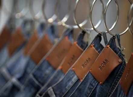 Dżinsy obecne są niemal w każdej szafie /AFP