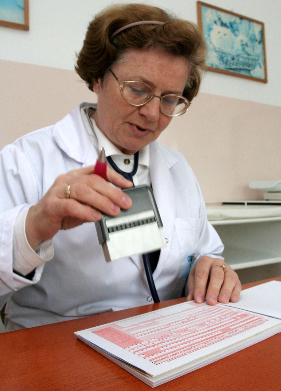 Dziś lekarz wypisuje zwolnienie na druku z ZUS-u /Lech Muszyński /PAP